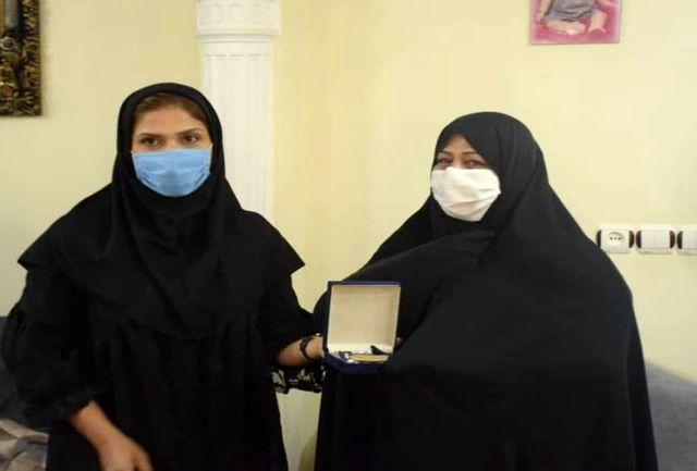بانوی قهرمان مازندرانی، مدال خود را به خانواده شهید مدافع سلامت فریدونکناری اهداء کرد